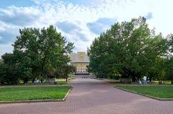 Ρωσία Η οικοδόμηση της βιβλιοθήκης κρατικού πανεπιστημίου της Μόσχας κοντά στο κρατικό πανεπιστήμιο της Μόσχας που στηρίζεται στο Στοκ εικόνα με δικαίωμα ελεύθερης χρήσης