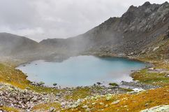 Ρωσία, Καύκασος, Arkhyz Χαμηλότερος βροχερός καιρός πανδοχείων λιμνών της Sofia Sofiyskoye στοκ εικόνες με δικαίωμα ελεύθερης χρήσης