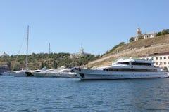 Ρωσία Κριμαία Σεβαστούπολη Σκάφη στο λιμένα Μπλε ουρανός και σκάφη θάλασσας Στοκ φωτογραφίες με δικαίωμα ελεύθερης χρήσης