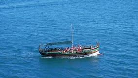 Ρωσία, Κριμαία, στις 6 Ιουλίου 2017 Κρουαζιερόπλοιο με τους τουρίστες που κινούνται μέσω της μπλε θάλασσας στην ηλιόλουστη ημέρα  φιλμ μικρού μήκους