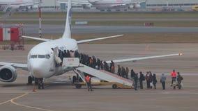 Ρωσία, Μόσχα 8-11-2018 ΑΕΡΟΛΙΜΕΝΑΣ SHEREMETYEVO: Οι άνθρωποι προσγειώνονται στο αεροπλάνο Χρονικό σφάλμα απόθεμα βίντεο