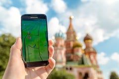 Ρωσία, Μόσχα, κόκκινη πλατεία - 25 Αυγούστου: 2016 Smartphone με Pokemon πηγαίνει εφαρμογή Παιχνίδια αρρενωπά χρηστών, αυξημένη Στοκ φωτογραφία με δικαίωμα ελεύθερης χρήσης