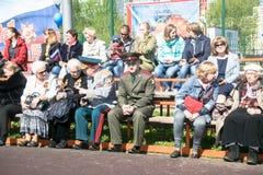 Ρωσία Μόσχα, 07 Μαΐου, 18: Θεατές στο συσσωρευμένο σχολικό στάδιο στο ειδικό δημόσιο αθάνατο σύνταγμα ` δράσης ` παιδικών σταθμών Στοκ Εικόνες