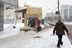 Ρωσία, Μόσχα, που καθαρίζει μετά από βαριές χιονοπτώσεις Στοκ φωτογραφία με δικαίωμα ελεύθερης χρήσης