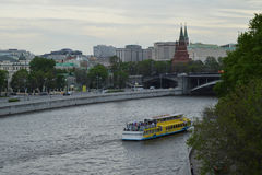 Ρωσία Μόσχα 2017 05 20: Σκάφος, βάρκα στον ποταμό της Μόσχας το βράδυ, στο υπόβαθρο του Κρεμλίνου Στοκ εικόνα με δικαίωμα ελεύθερης χρήσης