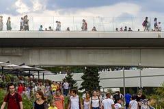 Ρωσία, Μόσχα, στις 4 Αυγούστου 2018, πάρκο της Μόσχας Zaryadye, γέφυρα, εκδοτική στοκ φωτογραφία με δικαίωμα ελεύθερης χρήσης