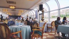 Ρωσία, Μόσχα στις 17 Ιουνίου 2017 Όμορφο και κομψό λεπτό να δειπνήσει εστιατόριο σκάφος τραπεζαριών κρουαζιέρας Περιπέτεια απόθεμα βίντεο
