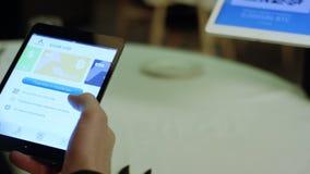 Ρωσία, Μόσχα - το Μάιο του 2018: Πληρώνοντας ένα εστιατόριο με τα χρήματα bitcoin με μια συσκευή smartphone wirelessly απόθεμα πλ φιλμ μικρού μήκους