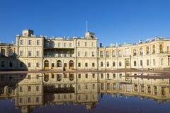 Ρωσία, προάστιο της Αγία Πετρούπολης Μεγάλο παλάτι της Γκάτσινα 1766 - 1781 και παρέλαση-έδαφος Αντανάκλαση στις λίμνες μετά από  Στοκ Φωτογραφίες