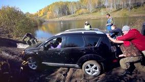 Ρωσία, Σιβηρία, στις 27 Σεπτεμβρίου 2014 SUV πήρε κολλημένο φιλμ μικρού μήκους