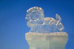 Ρωσία, Izhevsk - 28 Ιανουαρίου 2017: Το γλυπτό πάγου ενός λιονταριού στέκεται στο κεντρικό τετράγωνο Στοκ Φωτογραφία