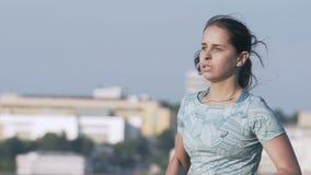 Ρωσία, Izhevsk - 2 Ιουλίου 2018: Γυναίκα δρομέων που τρέχει κατά μήκος της λίμνης που ασκεί υπαίθρια τη φορετή τεχνολογία ιχνηλατ απόθεμα βίντεο