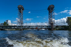 Ρωσία, Kaliningrad, ο ποταμός Pregol, μια δύο επιπέδων γέφυρα στοκ εικόνες με δικαίωμα ελεύθερης χρήσης