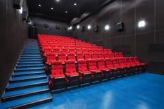 Ρωσία, Nizhny Novgorod - μπορέστε 23, το 2014: Κινηματογράφος Mir Κενά κόκκινα καθίσματα αιθουσών κινηματογράφων, άνετες και μαλα στοκ φωτογραφία με δικαίωμα ελεύθερης χρήσης