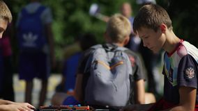 Ρωσία, Novosibirsk, 2016: Ένας έφηβος που παίζει foosball φιλμ μικρού μήκους