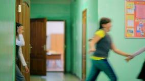 Ρωσία, Novosibirsk, 2015: Ομάδα τρεξίματος παιδιών δημοτικών σχολείων απόθεμα βίντεο