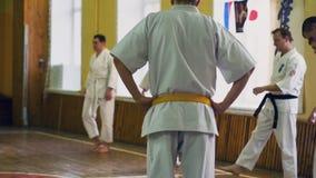 Ρωσία, Novosibirsk, στις 15 Αυγούστου 2018 karate άσκησης ομάδων ανθρώπων Α κτυπήματα στο εσωτερικό Κατάρτιση αντοχής karate απόθεμα βίντεο