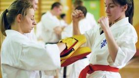 Ρωσία, Novosibirsk, στις 15 Αυγούστου 2018 karate άσκησης ομάδων ανθρώπων Α κτυπήματα στο εσωτερικό Κατάρτιση αντοχής karate φιλμ μικρού μήκους