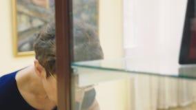 Ρωσία, Sochi, στις 28 Σεπτεμβρίου 2018, το Μουσείο Τέχνης της πόλης του Sochi εκδοτικός μια κομψή όμορφη γυναίκα εξετάζει απόθεμα βίντεο