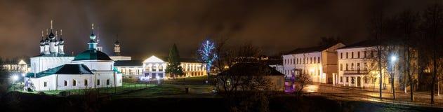 Ρωσία suzdal Εκκλησία και αγορές arcade Gostiny Dvor Pyatnitskaya του Σούζνταλ Κρεμλίνο τη νύχτα την άνοιξη Στοκ φωτογραφία με δικαίωμα ελεύθερης χρήσης