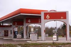 Ρωσία Usolye στις 18 Οκτωβρίου 2017: καύσιμα και ανεφοδιασμός σε καύσιμα και επισκευή των αυτοκινήτων Στοκ φωτογραφία με δικαίωμα ελεύθερης χρήσης