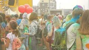 ΡΩΣΙΑ, ΙΡΚΟΥΤΣΚ - 27 ΙΟΥΝΊΟΥ 2018: Ευτυχείς νέοι που χορεύουν και που γιορτάζουν κατά τη διάρκεια του φεστιβάλ Holi των χρωμάτων