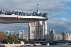 ΡΩΣΙΑ, ΜΟΣΧΑ - 16 ΣΕΠΤΕΜΒΡΊΟΥ 2017: Νέα γέφυρα πέρα από τη γέφυρα Poryachiy ποταμών Moskva στο πάρκο Zaryadye στη Μόσχα στη Ρωσία Στοκ φωτογραφίες με δικαίωμα ελεύθερης χρήσης
