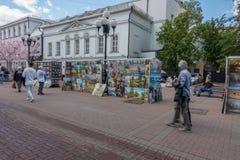 ΡΩΣΙΑ, ΜΟΣΧΑ, ΣΤΙΣ 7 ΙΟΥΝΊΟΥ 2017: Άνθρωποι που περπατούν στην παλαιά οδό Arbat το καλοκαίρι Στοκ εικόνα με δικαίωμα ελεύθερης χρήσης