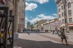 ΡΩΣΙΑ, ΜΟΣΧΑ, ΣΤΙΣ 7 ΙΟΥΝΊΟΥ 2017: Άνθρωποι που περπατούν στην παλαιά οδό Arbat το καλοκαίρι Στοκ εικόνες με δικαίωμα ελεύθερης χρήσης