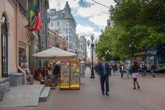 ΡΩΣΙΑ, ΜΟΣΧΑ, ΣΤΙΣ 7 ΙΟΥΝΊΟΥ 2017: Άνθρωποι που περπατούν στην παλαιά οδό Arbat το καλοκαίρι Στοκ Φωτογραφία