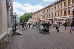 ΡΩΣΙΑ, ΜΟΣΧΑ, ΣΤΙΣ 7 ΙΟΥΝΊΟΥ 2017: Άνθρωποι που περπατούν στην παλαιά οδό Arbat το καλοκαίρι Στοκ φωτογραφία με δικαίωμα ελεύθερης χρήσης