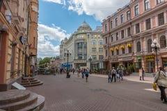 ΡΩΣΙΑ, ΜΟΣΧΑ, ΣΤΙΣ 7 ΙΟΥΝΊΟΥ 2017: Άνθρωποι που περπατούν στην παλαιά οδό Arbat το καλοκαίρι Στοκ Φωτογραφίες