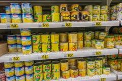 ΡΩΣΙΑ, ΜΟΣΧΑ, ΣΤΙΣ 11 ΙΟΥΝΊΟΥ 2017: Διαφορετικοί τύποι κονσερβοποιημένων καλαμποκιών στα ράφια στην υπεραγορά Auchan Στοκ εικόνες με δικαίωμα ελεύθερης χρήσης