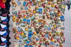 ΡΩΣΙΑ, ΜΟΣΧΑ, ΣΤΙΣ 7 ΙΟΥΝΊΟΥ 2017: Ρωσικά δώρο και κατάστημα αναμνηστικών στη διάσημη οδό Arbat Στοκ Εικόνες