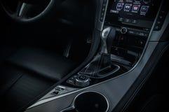 ΡΩΣΙΑ, ΜΟΣΧΑ - 26 ΦΕΒΡΟΥΑΡΊΟΥ 2017 Αυτοκίνητο φορείων INFINITI Q50 S, εσωτερική άποψη στοκ φωτογραφία με δικαίωμα ελεύθερης χρήσης