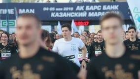 05-05-2019 ΡΩΣΙΑ, KAZAN: Μια τρέχοντας έναρξη μαραθωνίου Διαφορετικό ανθρώπων απόθεμα βίντεο