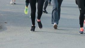 05-05-2019 ΡΩΣΙΑ, KAZAN: Μια τρέχοντας έναρξη μαραθωνίου Διαφορετικό τρέξιμο ανθρώπων Πόδια των ανθρώπων φιλμ μικρού μήκους