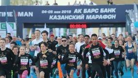 05-05-2019 ΡΩΣΙΑ, KAZAN: Μια τρέχοντας έναρξη μαραθωνίου Διαφορετικό τρέξιμο ανθρώπων απόθεμα βίντεο