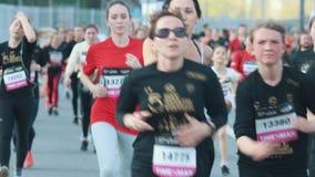 05-05-2019 ΡΩΣΙΑ, KAZAN: Μια τρέχοντας έναρξη μαραθωνίου Τρέξιμο ανθρώπων απόθεμα βίντεο