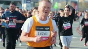 05-05-2019 ΡΩΣΙΑ, KAZAN: Μια τρέχοντας έναρξη μαραθωνίου Τρέξιμο παλαιών και νέων απόθεμα βίντεο