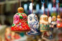 ρωσικά αναμνηστικά κουδουνιών στο ρωσικό κατάστημα Στοκ Εικόνες