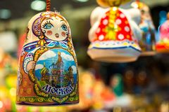 ρωσικά αναμνηστικά κουδουνιών στο ρωσικό κατάστημα Στοκ εικόνα με δικαίωμα ελεύθερης χρήσης