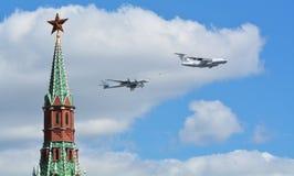 Ρωσικά βομβαρδιστικά αεροπλάνα στρατιωτικού αεροπλάνου και μαχητών ελικοπτέρων κατά την πτήση Στοκ φωτογραφία με δικαίωμα ελεύθερης χρήσης