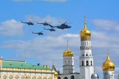 Ρωσικά βομβαρδιστικά αεροπλάνα στρατιωτικού αεροπλάνου και μαχητών ελικοπτέρων κατά την πτήση Στοκ Φωτογραφίες