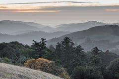 Ρωσικά βουνά Santa Cruz κορυφογραμμών που κυλούν το ηλιοβασίλεμα λόφων Στοκ φωτογραφία με δικαίωμα ελεύθερης χρήσης