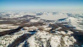 Ρωσικά βουνά Ural το χειμώνα Εναέρια λίμνη άποψης, άσπρο άπειρο Στοκ Εικόνες