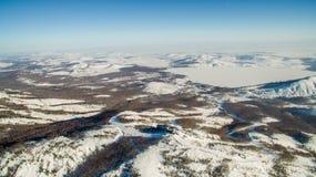 Ρωσικά βουνά Ural το χειμώνα Εναέρια λίμνη άποψης, άσπρο άπειρο Στοκ εικόνες με δικαίωμα ελεύθερης χρήσης