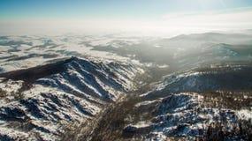 Ρωσικά βουνά Ural το χειμώνα Εναέρια λίμνη άποψης, άσπρο άπειρο Στοκ Φωτογραφία