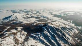 Ρωσικά βουνά Ural το χειμώνα Εναέρια λίμνη άποψης, άσπρο άπειρο Στοκ εικόνα με δικαίωμα ελεύθερης χρήσης