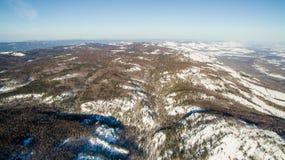 Ρωσικά βουνά Ural το χειμώνα Εναέρια λίμνη άποψης, άσπρο άπειρο Στοκ Εικόνα